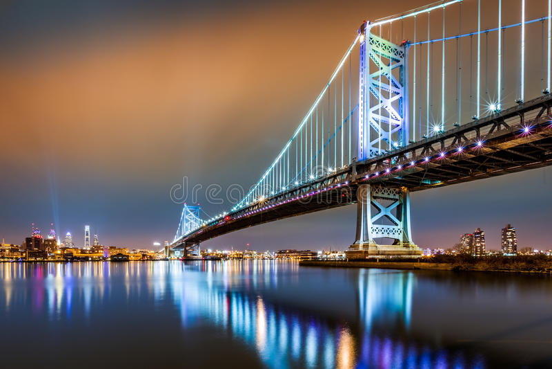 Skyline de Ben Franklin Bridge e de Philadelphfia na noite imagens de stock royalty free