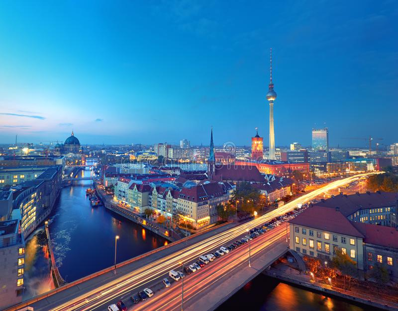 Skyline de Berlim em Alemanha após o por do sol imagens de stock