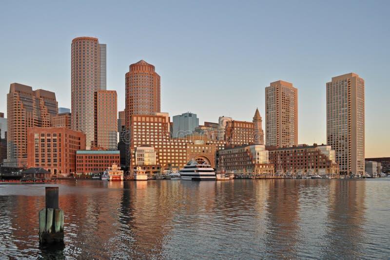 Skyline de Boston com distrito e o porto financeiros de Boston no nascer do sol imagens de stock