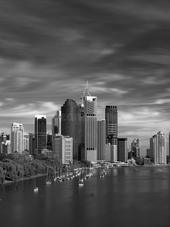 Skyline de Brisbane em preto & no branco imagem de stock
