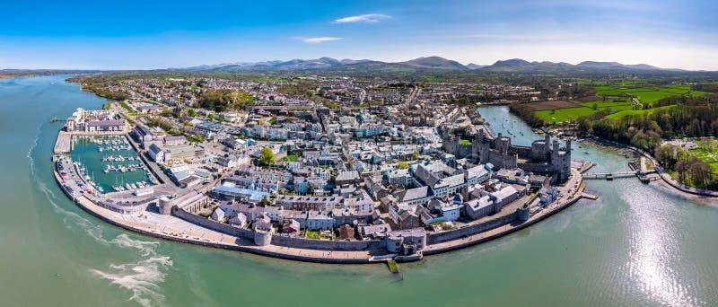 Skyline de Caernafon, Gwynedd em Gales - Reino Unido fotos de stock