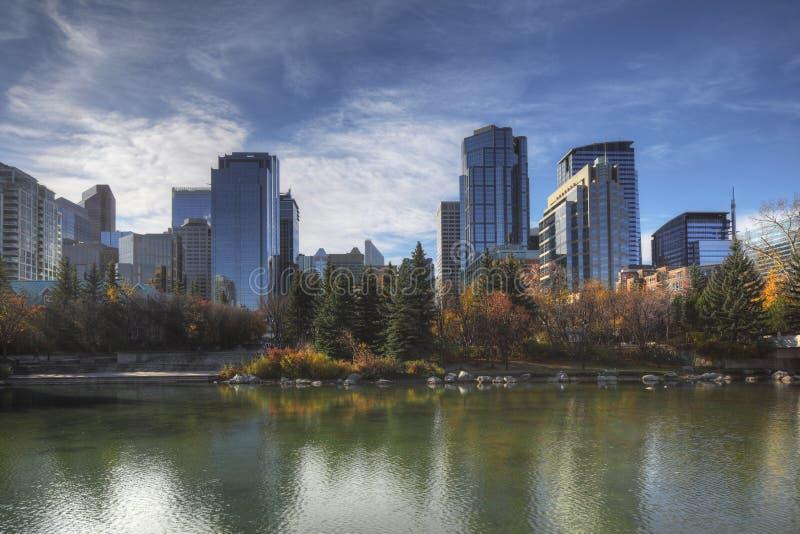 Skyline de Calgary, Canadá com folha do outono fotos de stock royalty free