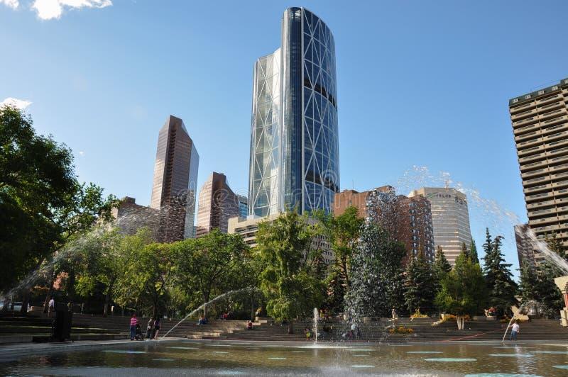 Skyline de Calgary com água que flui, Alberta, Canadá fotografia de stock royalty free