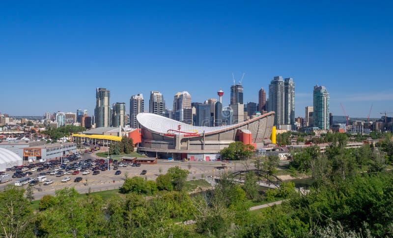 A skyline de Calgary com o Scotiabank Saddledome fotos de stock