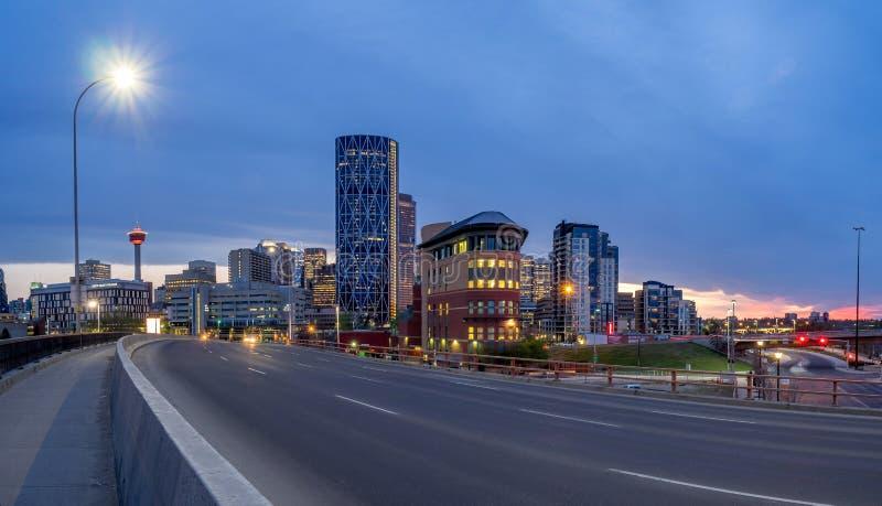 Skyline de Calgary na noite fotos de stock royalty free