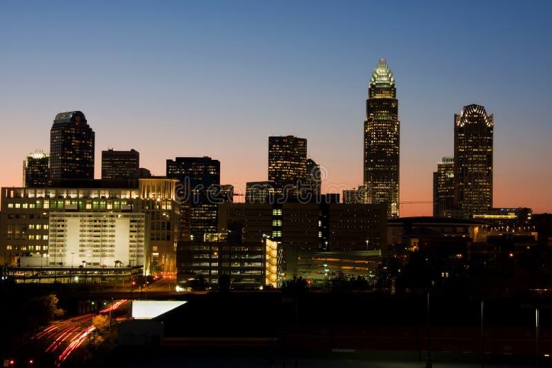 Skyline de Charlotte no crepúsculo imagens de stock royalty free