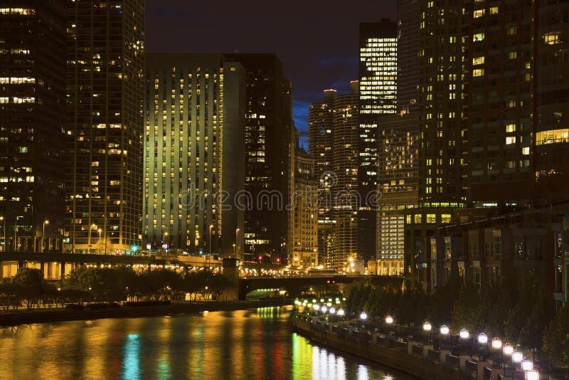 Skyline de Chicago ao longo do rio imagens de stock royalty free