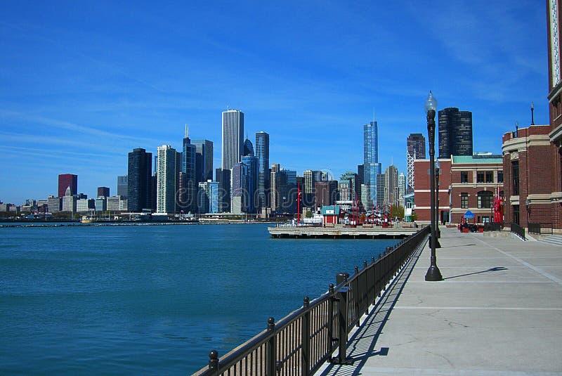 Skyline de Chicago do cais da marinha fotos de stock