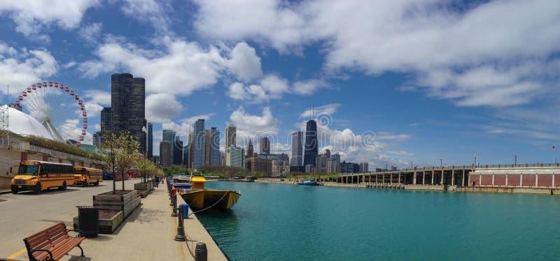 Skyline de Chicago do cais da marinha no dia ensolarado fotos de stock royalty free