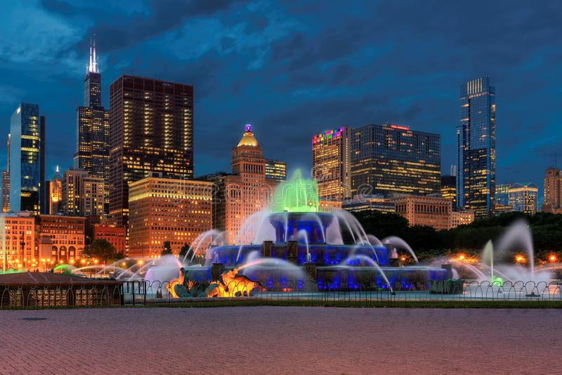 Skyline de Chicago e fonte de Buckingham na noite imagem de stock royalty free