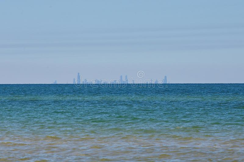 Skyline de Chicago de Indiana Dunes no Lago Michigan imagens de stock royalty free