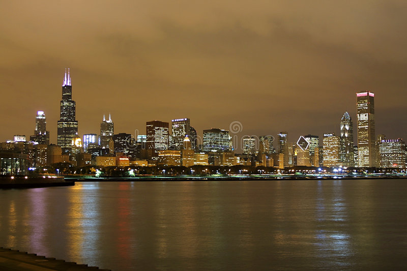 Skyline de Chicago na noite fotografia de stock royalty free