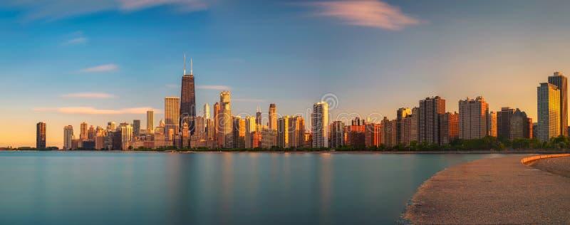 Skyline de Chicago no por do sol visto da praia norte da avenida imagens de stock royalty free