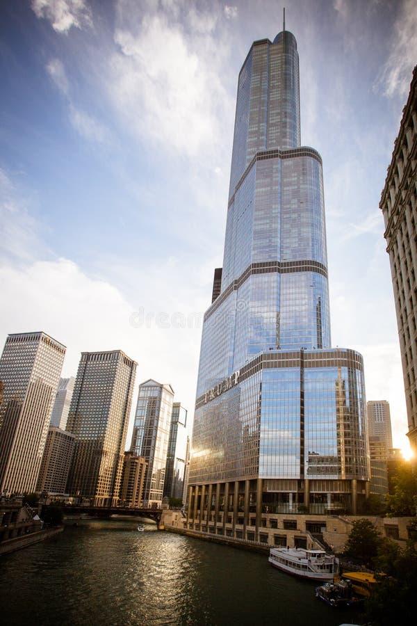 Skyline de Chicago River e torre do trunfo fotografia de stock royalty free