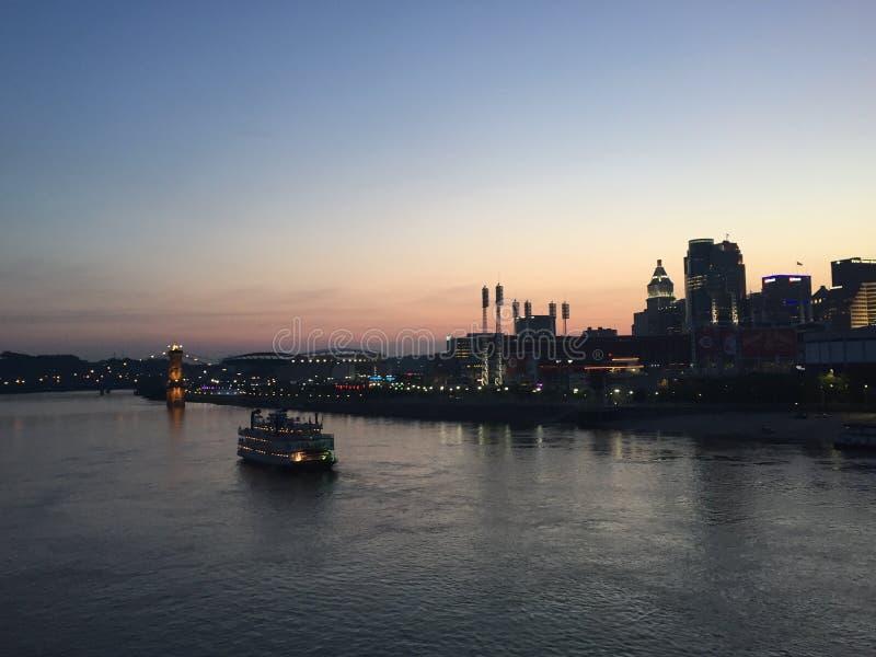 Skyline de Cincinnati no por do sol imagens de stock royalty free