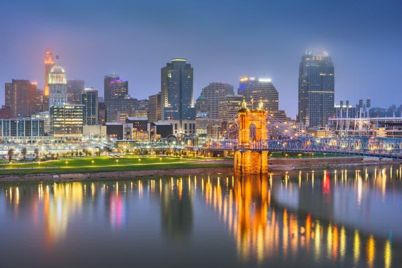 Skyline de Cincinnati, Ohio, EUA no rio imagens de stock royalty free