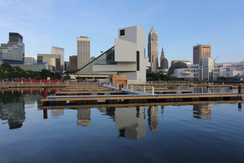 A skyline de Cleveland e o corredor da fama do rock and roll fotografia de stock
