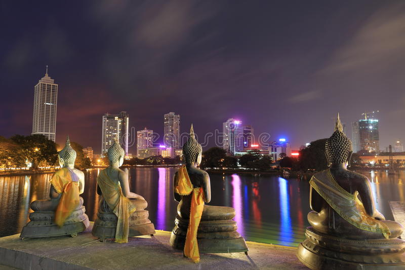 Skyline de Colombo em Sri Lanka na noite foto de stock