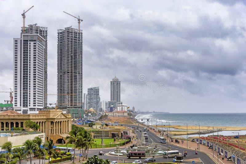 Skyline de Colombo Fort sob o céu tormentoso, Sri Lanka fotografia de stock