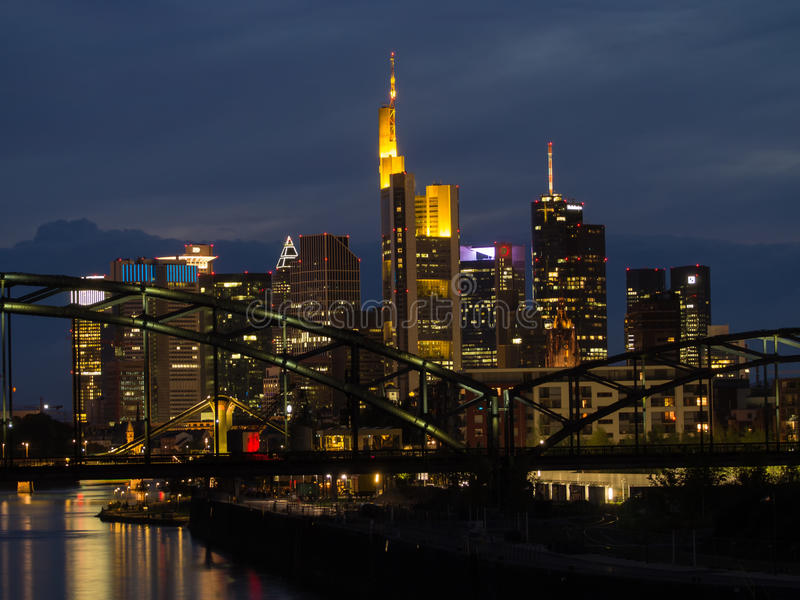 Skyline de construções do negócio no por do sol em Francoforte, Alemanha fotografia de stock