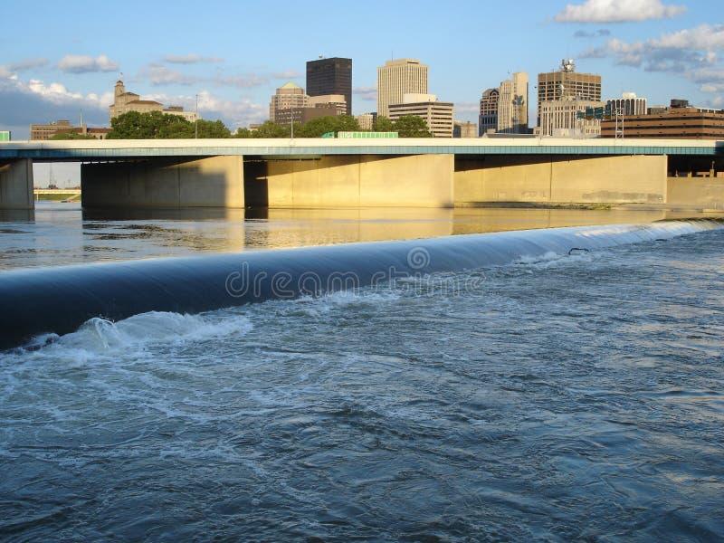 Skyline de Dayton, Ohio com rio e represa fotografia de stock royalty free