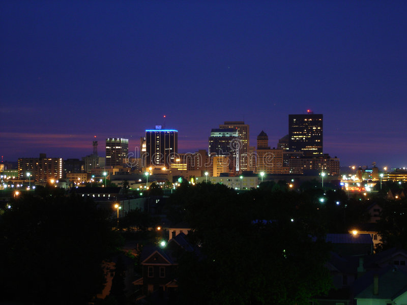 Skyline de Dayton, Ohio na noite fotos de stock royalty free