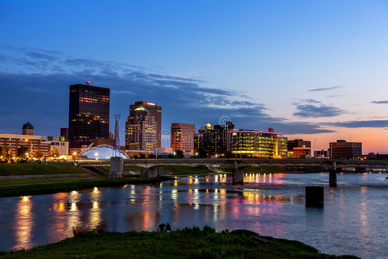 Skyline de Dayton, Ohio no por do sol imagens de stock royalty free