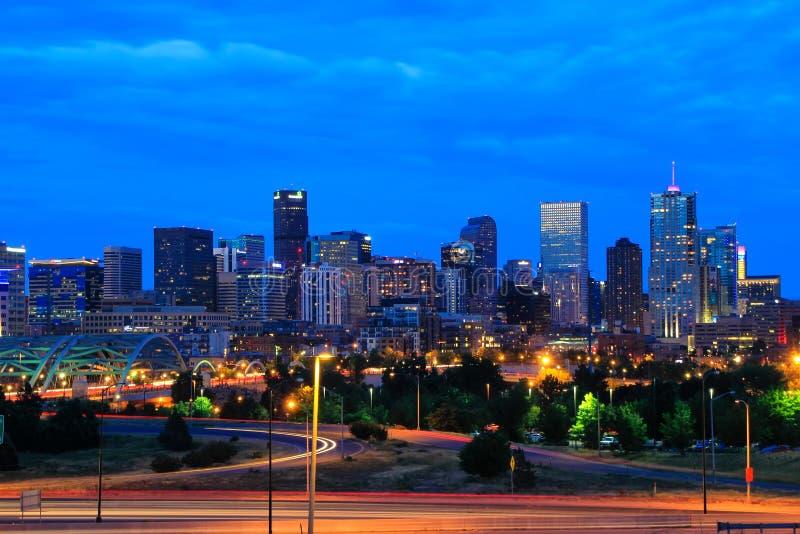 Skyline de Denver na noite em Colorado, EUA imagens de stock