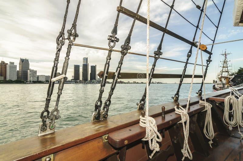 Skyline de Detroit através dos equipamentos do tallship foto de stock royalty free