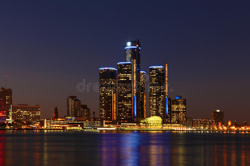 A skyline de Detroit na noite fotos de stock royalty free