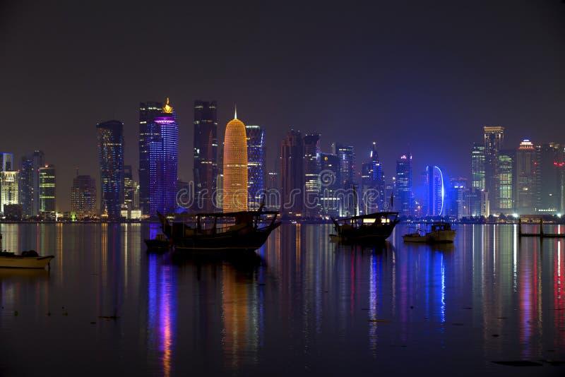 Skyline de Doha na noite, fotos de stock