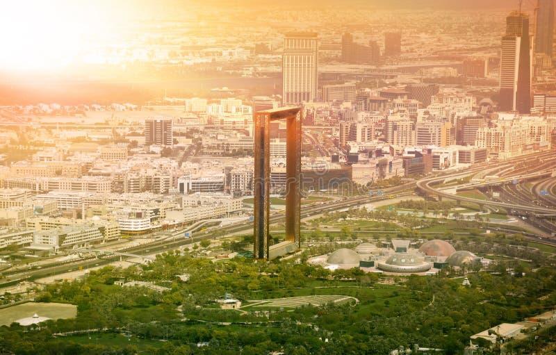 Skyline de Dubai com construção de quadro de Dubai no por do sol fotografia de stock royalty free