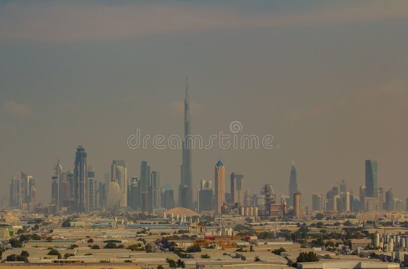 Skyline de Dubai na tempestade de areia imagem de stock