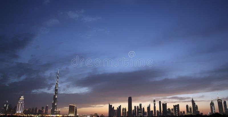 Skyline de Dubai no crepúsculo fotografia de stock
