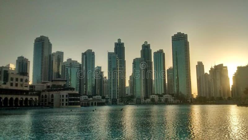 Skyline de Dubais durante o por do sol imagens de stock