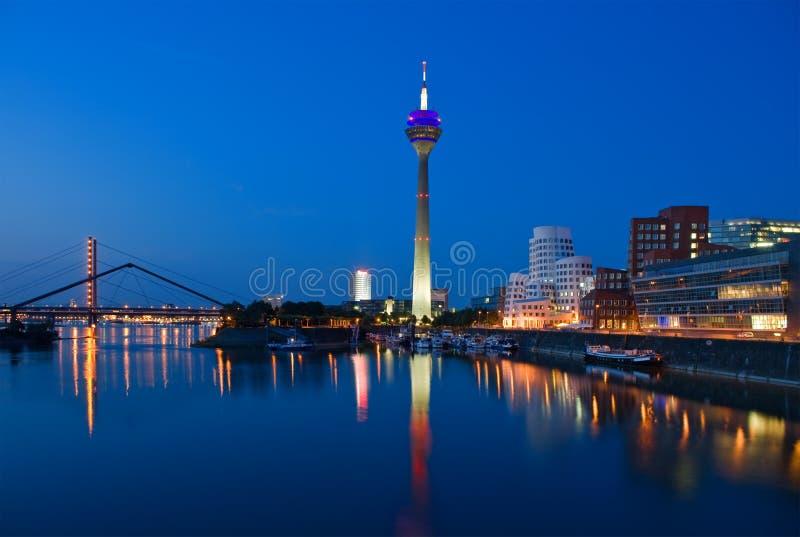Skyline de Dusseldorf na hora azul foto de stock