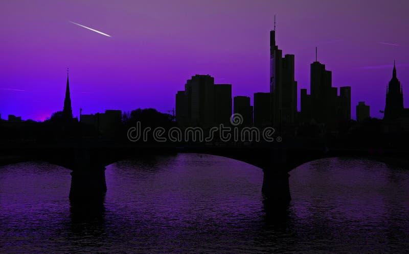 Skyline de Francoforte com cauda do cometa fotos de stock royalty free