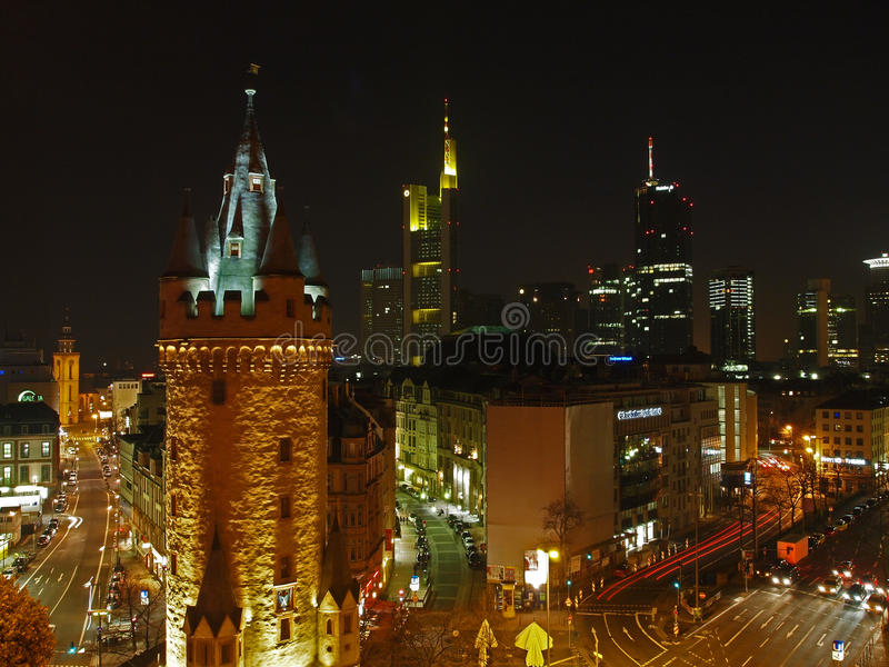 Skyline de Francoforte com torre histórica imagem de stock