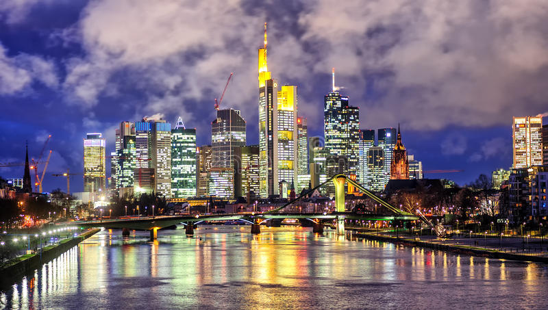 Skyline de Francoforte no cano principal, Alemanha, na noite imagem de stock