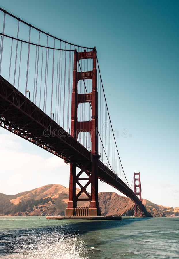 Skyline de golden gate bridge no crep?sculo imagens de stock royalty free