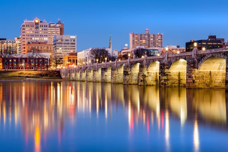 Skyline de Harrisburg e a ponte histórica da rua do mercado no crepúsculo imagem de stock