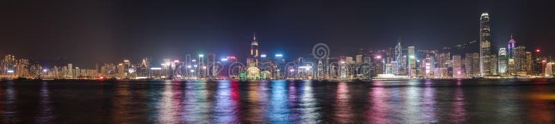 Skyline de Hong Kong na noite Panorama fotografia de stock royalty free