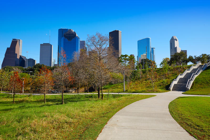 Skyline de Houston no dia ensolarado da grama do parque imagens de stock royalty free