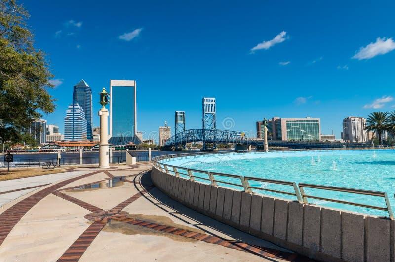 Skyline de Jacksonville e fonte, Florida fotos de stock royalty free