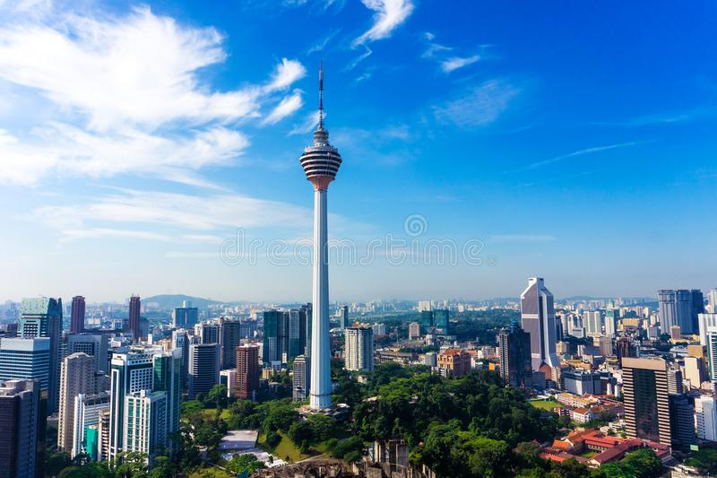 A skyline de Kuala Lumpur do centro com arranha-céus e os quilolitros elevam-se fotografia de stock royalty free