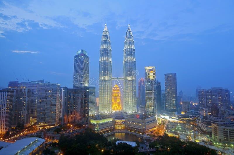 Skyline de Kuala Lumpur na noite fotos de stock royalty free