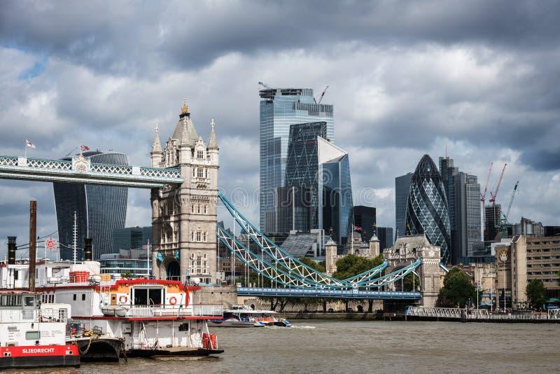 Skyline de la City de Londres au bord de la Tamise photo libre de droits