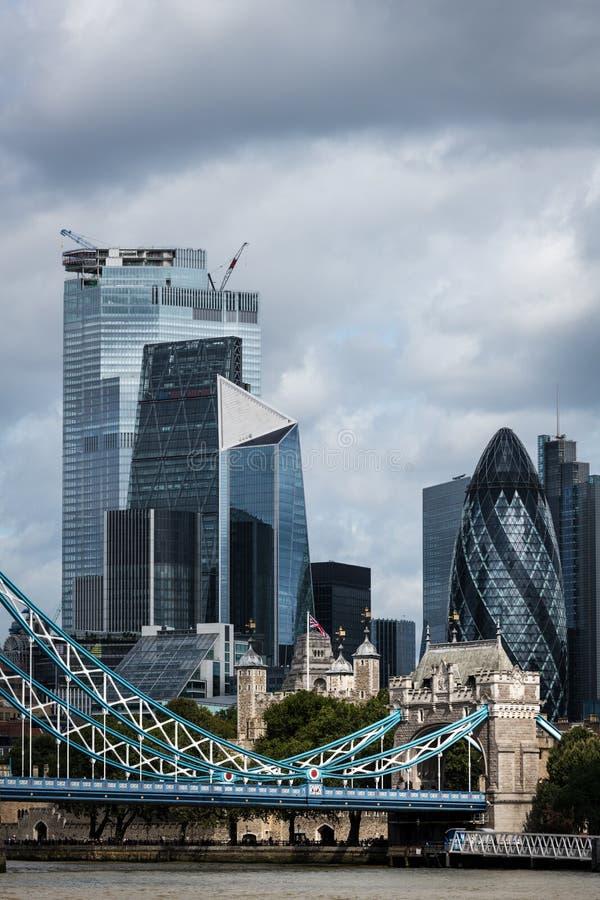 Skyline de la City de Londres au bord de la Tamise photographie stock libre de droits