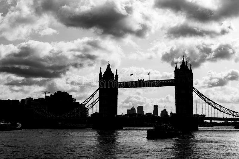 Skyline de la City de Londres au bord de la Tamise photo stock