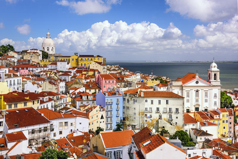Skyline de Lisboa, Portugal em Alfama foto de stock